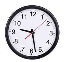 reloj de pared blanco y negro que muestra 928