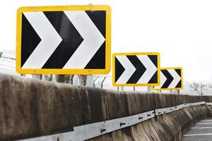 señales de tráfico direccionales que apuntan a la derecha foto