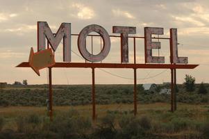 cartel de motel degradado
