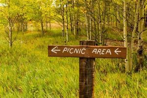 cartel de área de picnic en las montañas