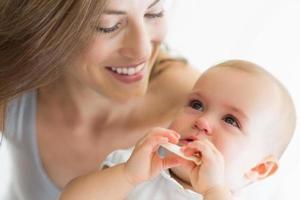 closeup de mãe e bebê sorrindo