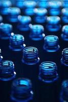 botellas de agua en la fábrica foto