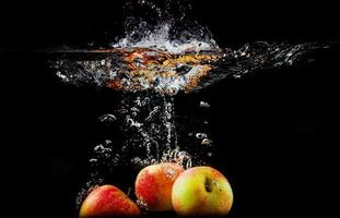 manzanas en agua