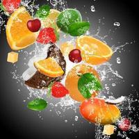 fruta con salpicaduras de agua