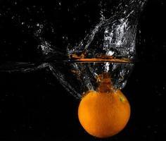 fruta fresca en agua