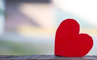 corazón rojo sobre madera foto