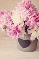 peonías en florero de hojalata foto