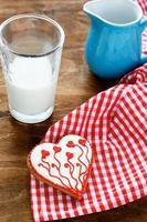 galletas de san valentin con leche foto