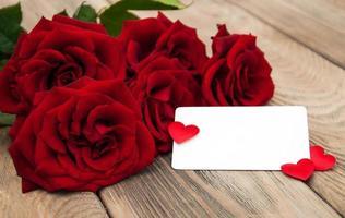 rosas rojas y tarjeta de felicitación