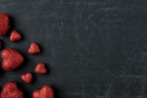 cuori rossi su una lavagna per San Valentino