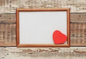 coeur rouge dans un vieux cadre en bois