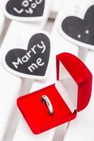 caja roja con anillo foto