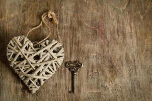 corazón de mimbre hecho a mano con la llave foto