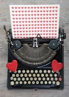 vieja máquina de escribir con corazón de amor foto