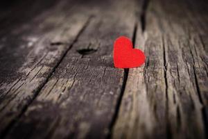 corazón rojo sobre fondo de madera foto