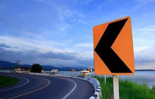 Señal de carretera curva cuesta abajo