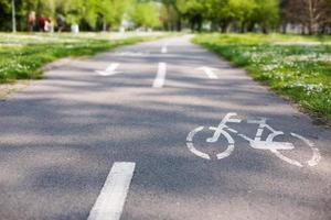 carril bici con letrero blanco