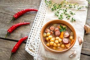 sopa con garbanzos y chorizo ahumado foto