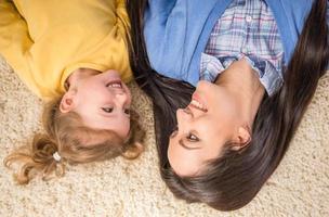madre con hija pequeña foto