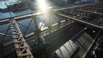 tráfico que pasa por el puente de brooklyn. video