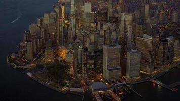 helikopter luchtfoto van new york city skyline landmark landschap. hoge gebouwen in onroerend goed video