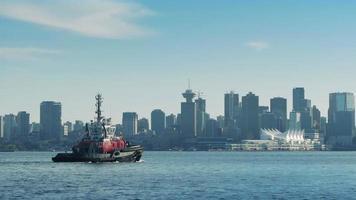 Bootsüberquerung Bucht in der Nähe der Stadt video