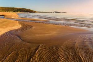verano. costa gargano: marea baja al amanecer. vieste (puglia) - italia-