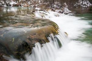 cascada que fluye en los lagos de plitvice foto
