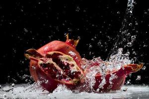 granada salpicando agua