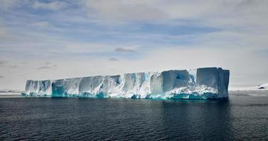 el iceberg flotante en el agua de la antártida foto