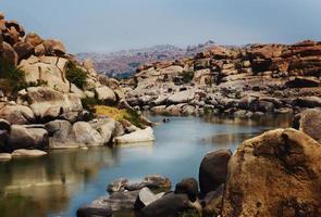 lago ou rio escondido - banco de imagens