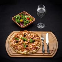 Tuna pizza with shrimp, salad and water