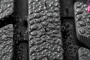 perfil del neumático con gotas de lluvia