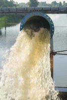 bomba de riego y viaducto. foto