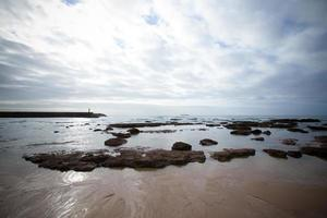espectacular costa atlántica durante la marea baja. foto