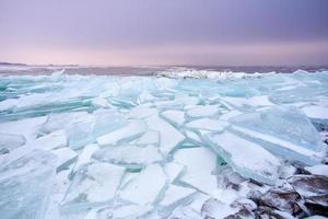 Trozos de hielo en la plataforma congelada del lago ijsselmeer