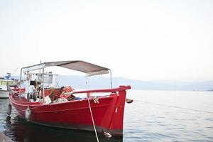 barco de pesca en un puerto griego foto