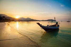 puesta de sol en la playa de chaloklum foto