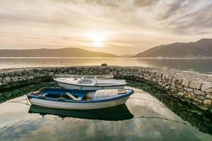 Pequeños botes atados en el pequeño puerto deportivo de Tivat Harbour, Montenegro