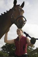 mujer preparando caballo