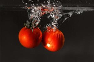 tomate fresco caído al agua