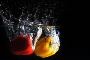 salpicaduras de pimentón fresco en el agua