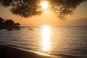 puesta de sol en la playa en la isla de thassos foto