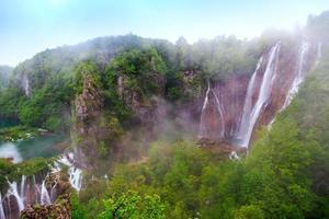 cascadas en el parque nacional de plitvice, croacia foto