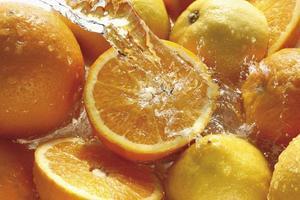 salpicaduras de agua sobre naranjas y limones