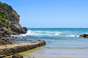 olas del mar en la orilla de piedra