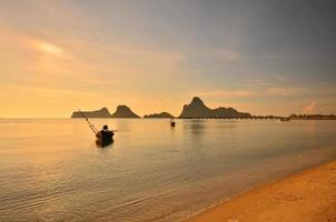 playa y barcos al amanecer pintorescos. foto