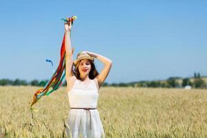 niña feliz sosteniendo cintas de colores foto