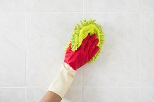 limpieza: limpieza del cristal de la ventana con detergente, concepto de limpieza de primavera foto