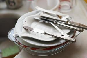 pila de platos blancos sucios foto